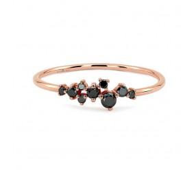 Staviori Pierścionek z czarnymi diamentami. 9 Diamentów, kolor czarny, masa 0,20 ct.. Różowe Złoto 0,585. Korona 21x4 mm. Szerokość obrączki ok. 1,2 mm.