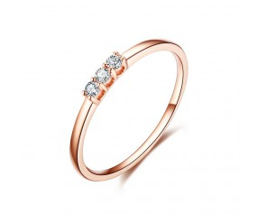 Staviori Pierścionek. 3 Diamenty, szlif brylantowy, masa 0,06 ct., barwa H, czystość SI1-SI2. Różowe Złoto 0,585. Szerokość obrączki ok. 1,6 mm. Korona 6 x 1,8 mm. Wysokość 3 mm.