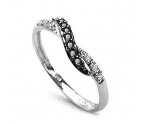 Staviori Pierścionek. 6 Diamentów, szlif brylantowy, masa 0,03 ct., barwa H, czystość I1. 7 Diamentów, kolor czarny, szlif brylantowy, masa 0,07 ct.. Białe Złoto 0,585. Szerokość 2-4 mm.