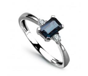 Staviori Pierścionek. 2 Diamenty, szlif brylantowy, masa 0,06 ct., barwa H, czystość I1. 1 Szafir, masa 0,60 ct.. Białe Złoto 0,585. Średnica korony ok. 4x6 mm. Szerokość obrączki ok. 2 mm.