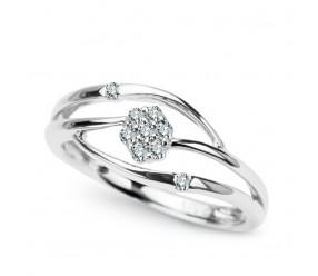 Staviori Pierścionek. 9 Diamentów, szlif brylantowy, masa 0,10 ct., barwa H, czystość SI1-SI2. Białe Złoto 0,585. Szerokość 6,5 mm. Wysokość 3,4 mm.