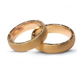 Staviori Obrączka. 20 Diamentów, szlif brylantowy, masa 0,14 ct., barwa G-H, czystość SI1. Żółte Złoto 0,750. Szerokość 5 mm. Grubość 1,5 mm.  Cena i masa kamieni dla rozmiaru 13. Dostępne inne kolory złota.
