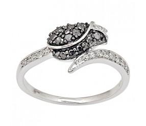 Staviori Pierścionek. 14 Diamentów, szlif brylantowy, masa 0,11 ct., barwa H, czystość I1. 18 Diamentów, kolor czarny, szlif brylantowy, masa 0,27 ct.. Białe Złoto 0,585. Szerokość 8 mm. Szerokość obrączki ok. 1,6 mm.