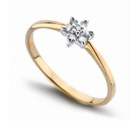 Staviori Pierścionek. 7 Diamentów, szlif brylantowy, masa 0,08 ct., barwa I-N, czystość SI2-I1. Żółte, Białe Złoto 0,585. Średnica korony ok. 6 mm. Wysokość 3,8 mm. Szerokość obrączki ok. 1,3 mm.