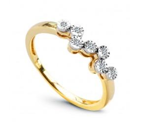 Staviori Pierścionek. 7 Diamentów, szlif brylantowy, masa 0,05 ct., barwa H, czystość I1. Żółte, Białe Złoto 0,585. Szerokość 4,8 mm. Wysokość 3,5 mm. Szerokość obrączki ok. 1,5 mm.