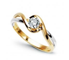 Staviori Pierścionek. 1 Diament, szlif brylantowy, masa 0,25 ct., barwa G, czystość SI1. Żółte, Białe Złoto 0,585. Średnica korony ok. 6 mm. Wysokość 3,2 mm. Szerokość obrączki ok. 2 mm.  Dostępny z dowolnym innym Brylantem na indywidualne zamówienie.