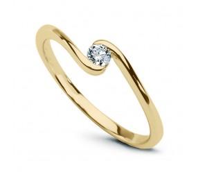 Staviori Pierścionek. 1 Diament, szlif brylantowy, masa 0,10 ct., barwa H, czystość SI1. Żółte Złoto 0,585. Średnica korony ok. 4 mm. Wysokość 2 mm.