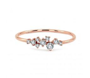 Staviori Pierścionek z białymi diamentami. 9 Diamentów, szlif brylantowy, masa 0,20 ct., barwa H, czystość SI1-SI2. Różowe Złoto 0,585. Korona 21x4 mm. Szerokość obrączki ok. 1,2 mm.