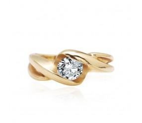 Staviori Pierścionek. 1 Diament, szlif brylantowy, masa 0,50ct ct., barwa H, czystość SI1. Żółte Złoto 0,585. Szerokość obrączki ok. 6-1,8 mm. Korona 6x7 mm. Wysokość 4 mm.  Dostępne inne kolory złota.
